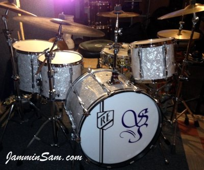 Photo of Ricky Exton's Yamaha drumset with Vintage White Pearl drum wrap (01)