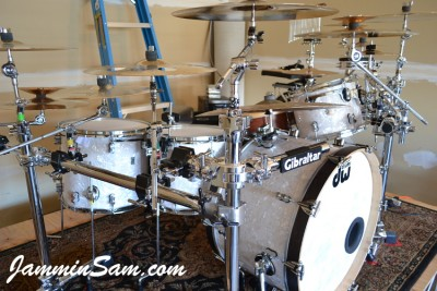 Photo of Spider Ryan's DW drums with Vintage White Pearl drum wrap (8)